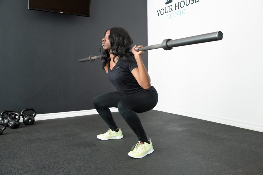 Woman squats with weights: vitality for this comes from Ming Men