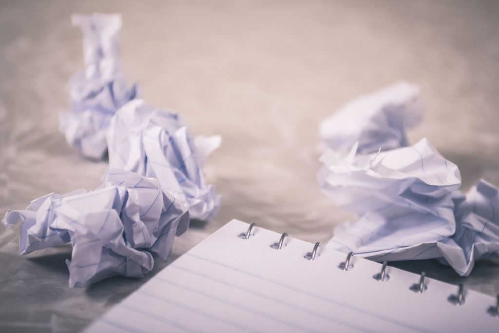 Livro Branco na mesa de madeira marrom - frustração!