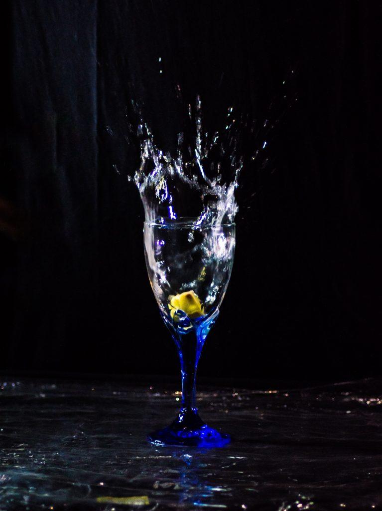copo de vinho transparente com líquido amarelo